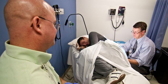 мужчина на операции