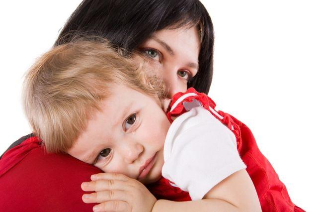 мама держит девочку