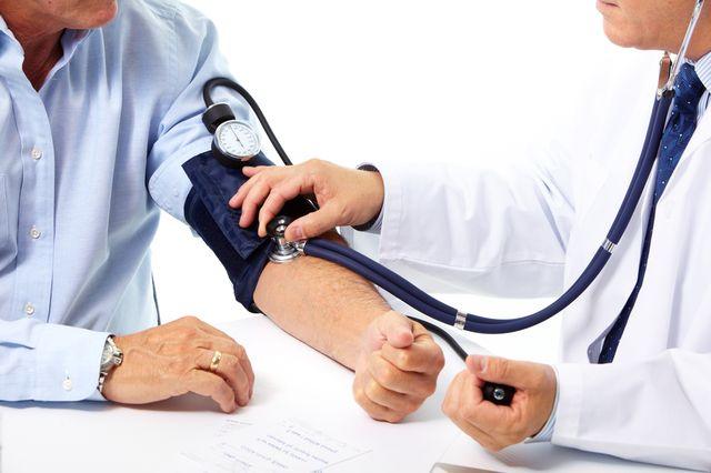 врач мерит давление