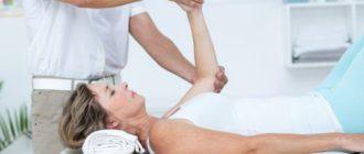 женщина восстанавливает руку