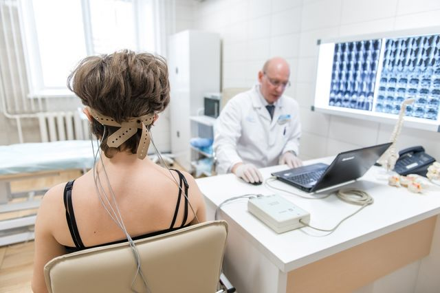 врач делает РЭГ