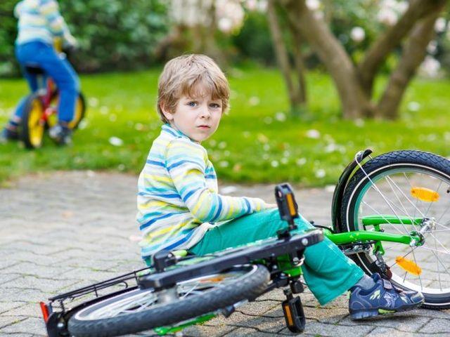 Мальчик упал с велосипеда