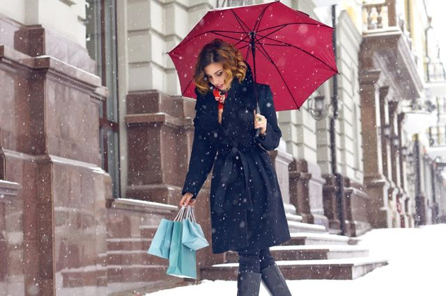 Женщина с зонтом под снегом