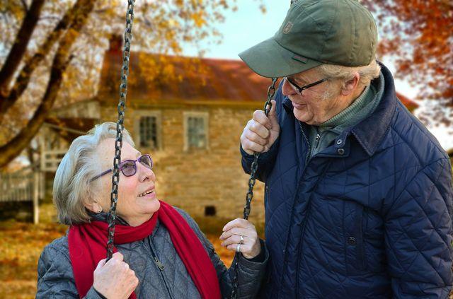 Пожилая пара на улице
