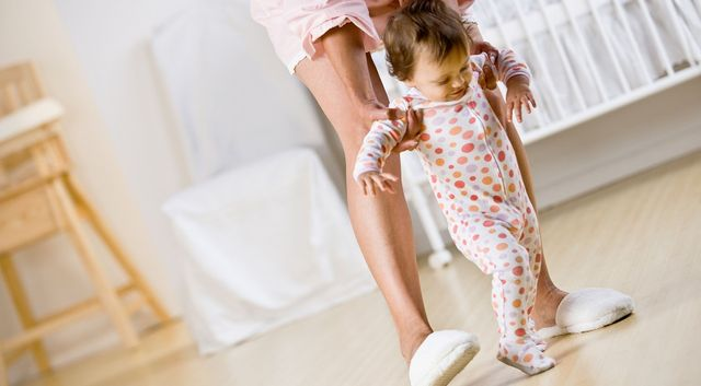Мама учит малыша ходить