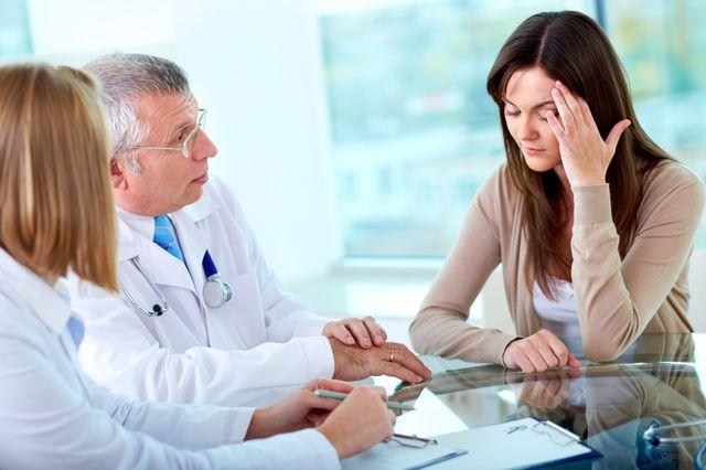 Женщина жалуется врачу