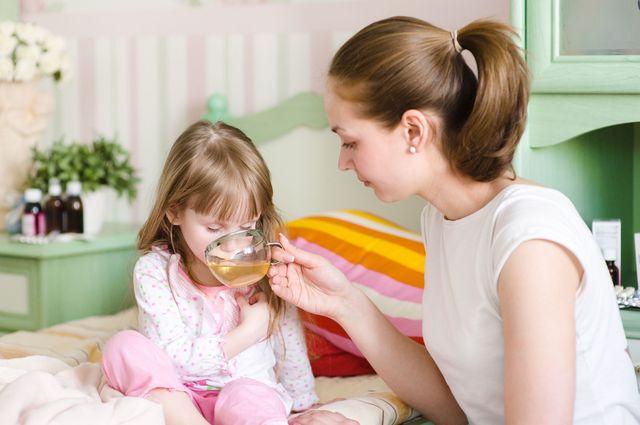 Мама дает чай ребенку