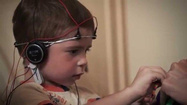 ребенок проходит курс биоакустичекой коррекции
