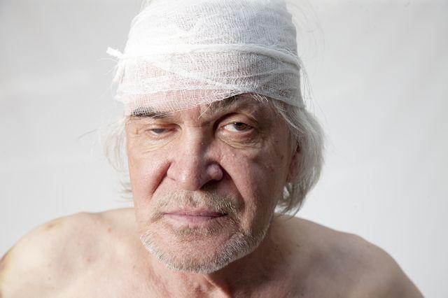 мужчина с перевязанной головой