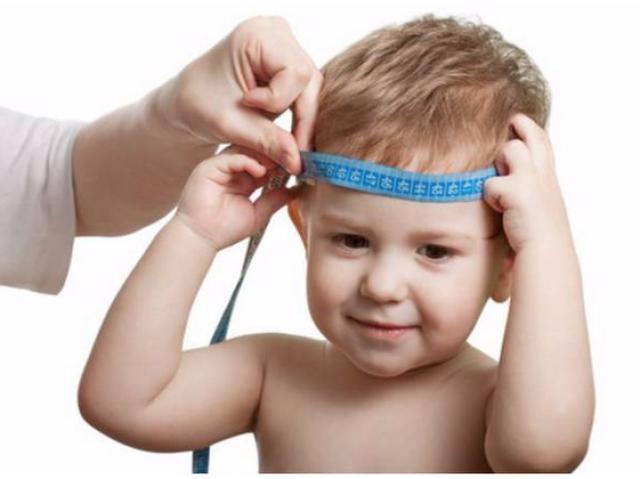 ребенку измеряют голову