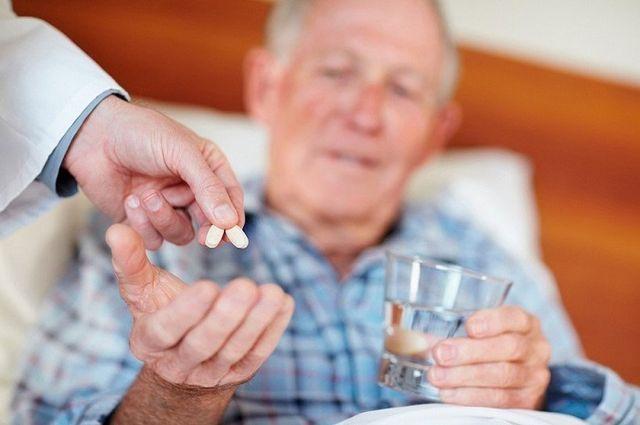 пожилому дают таблетки