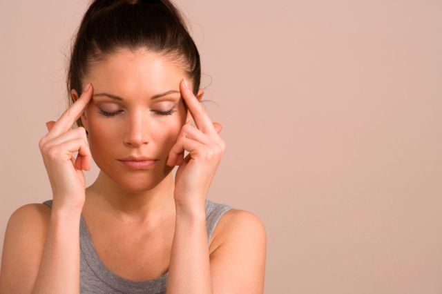 Головная боль в области лба и глаз: сильная, частая постоянная тошнота
