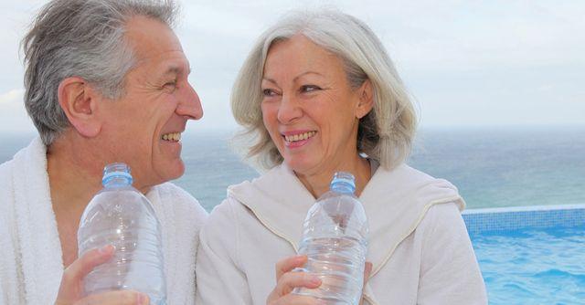 Мужчина и женщина пьют
