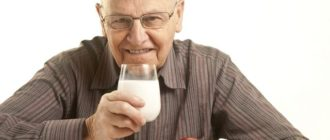 Мужчина пьет молоко