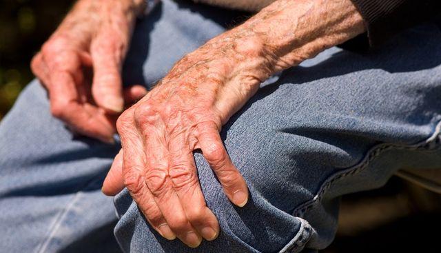 Рука пожилого