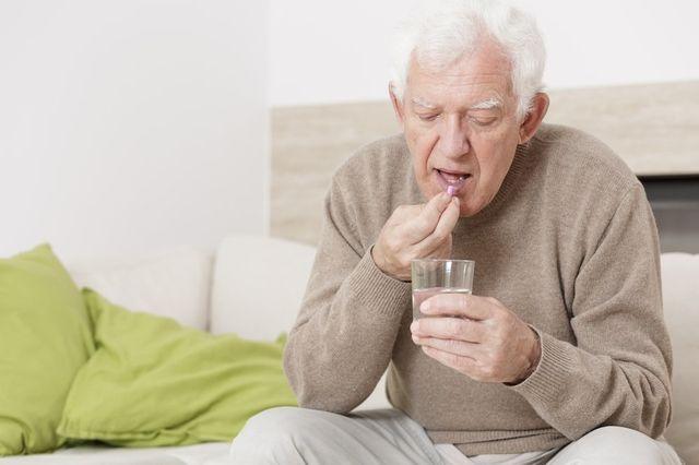 пожилой пьет таблетки