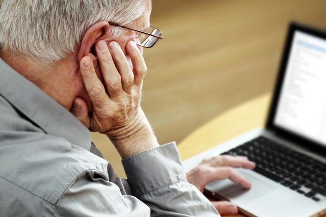 Пожилые за ноутбуком