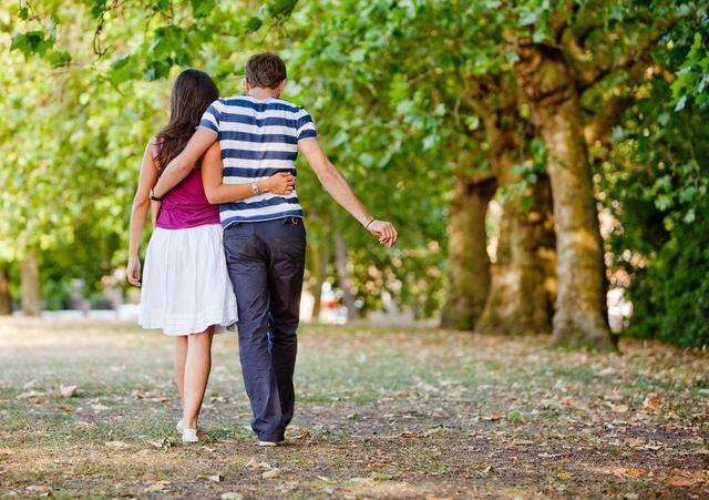 Мужчина и женщина гуляют